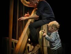 Curiosa_Jutta op harp en spelend kindje
